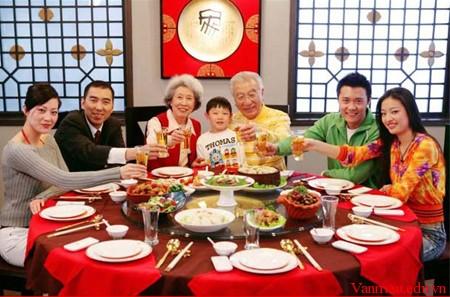 Tả bữa cơm sum họp gia đình em vào ngày tết - Văn mẫu lớp 6 - SoanBai123 -  Giáo án điện tử - Soạn bài Online