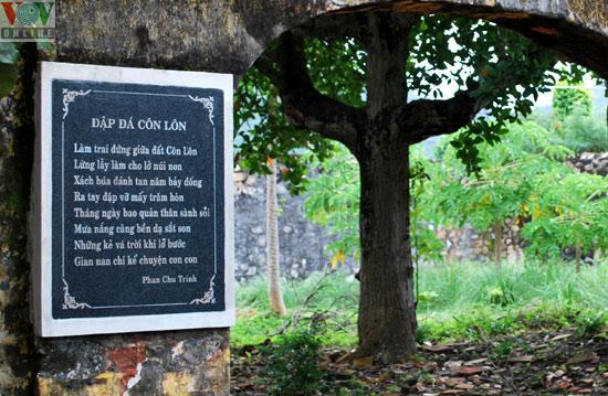 Phân tích bài thơ Đập đá ở Côn Lôn của Phan Châu Trinh (Mẫu 2)