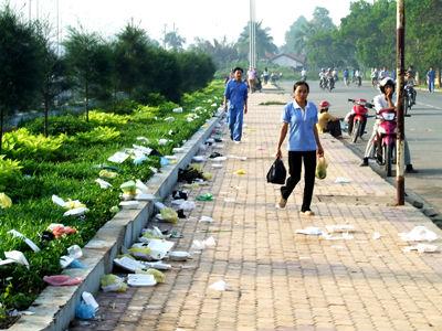 Một hiện tượng khá phổ biến hiện nay là vứt rác ra đường hoặc những nơi công cộng. Ngồi bên hồ, dù là hồ đẹp nổi tiếng, người ta cũng tiện tay vứt rác xuống