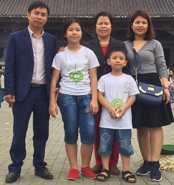 Anh Thư (áo phông trắng) bên gia đình. Ảnh:NVCC