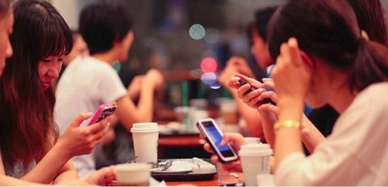 Sử dụng điện thoại ở giới trẻ hiện nay